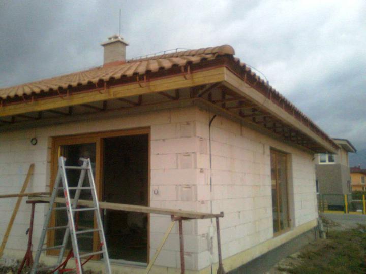 Hruba stavba a strecha finito - uz LEN dokoncujeme :) - a pokracujeme zapadnou stranou...prerusenie prac kvoli tme...inak sme este vladali! :)