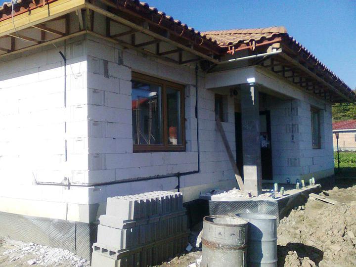 Hruba stavba a strecha finito - uz LEN dokoncujeme :) - A mame plyn v dome.
