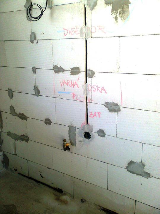 Hruba stavba a strecha finito - uz LEN dokoncujeme :) - Tu pripojime varnu dosku ...