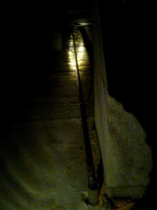 Hruba stavba a strecha finito - uz LEN dokoncujeme :) - Takto je privedeny plyn do technickej miestnosti, cez povalu (nemame tam svetlo, tak osvetlene len baterkou ;-)