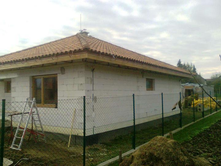 Hruba stavba a strecha finito - uz LEN dokoncujeme :) - aj severnu, a tiez uz kusok vychodnej.