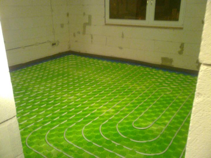 Hruba stavba a strecha finito - uz LEN dokoncujeme :) - Podlahovka natiahnuta, tu bude spalna ...