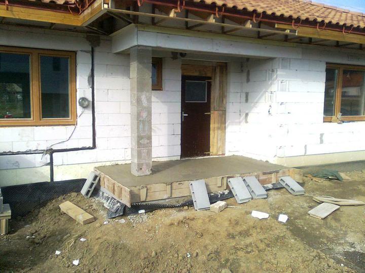 Hruba stavba a strecha finito - uz LEN dokoncujeme :) - ... vchodova terasa tiez.