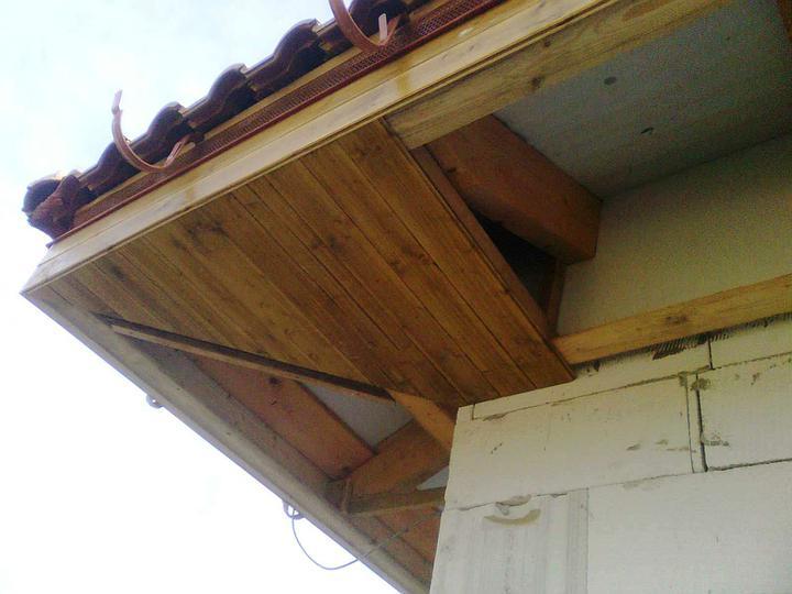 Hruba stavba a strecha finito - uz LEN dokoncujeme :) - Nabite podbitie - tazka priprava sa vyplatila. Roh je rovny. Uz sa tesime, az sa tu dostaneme z druhej strany.
