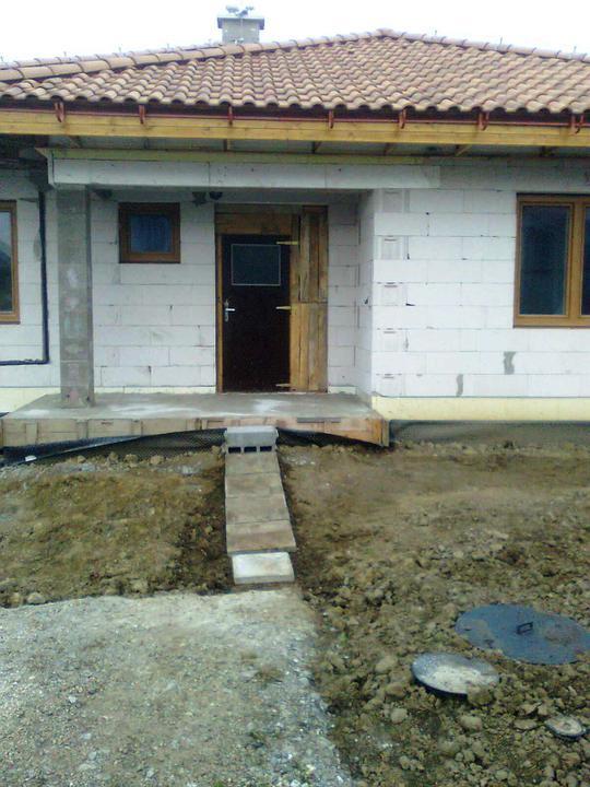 Hruba stavba a strecha finito - uz LEN dokoncujeme :) - Novy chodnik k domu, dobre ladi k vstupnym dveram ;-)