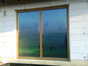 """Staro-nove okno, teraz uz dookola vypenene namiesto paropriepustnej pasky Illmod trio (""""majstri"""" od Slovaktualu nam ju namontovali naopak !!!)"""