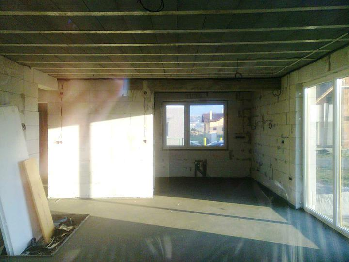 Hruba stavba a strecha finito - uz LEN dokoncujeme :) - ... a takto obyvacka s kuchynou (fotene cez okno).