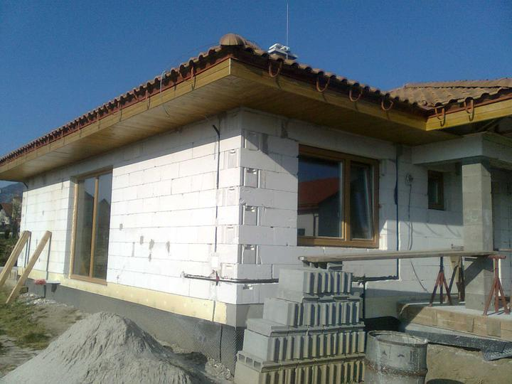 Hruba stavba a strecha finito - uz LEN dokoncujeme :) - Predna cast nam da este zabrat, celkom 4 rohy, ale 2 uz su hotove :-)