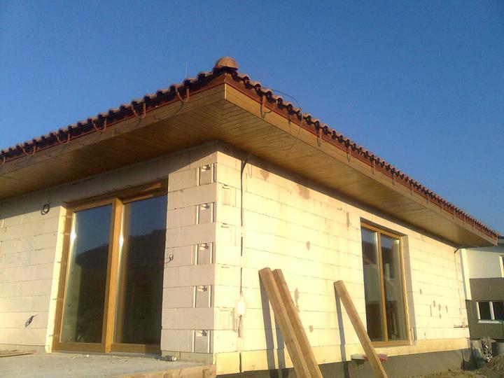 Hruba stavba a strecha finito - uz LEN dokoncujeme :) - Juzna strana hotova, vratane oboch rohov.