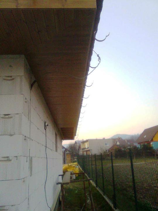 Hruba stavba a strecha finito - uz LEN dokoncujeme :) - Po vikendu nam chyba dorobit poslednych 5 metrov podbitia. Za tmy sa neda poriadne robit ani fotit :-(.