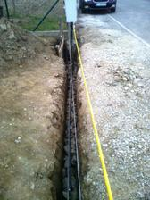 A pripravili vykop na betonovanie. Vsetky tie sutry sme najprv vykopali a potom nahadzali spat (super pracicka ;-)