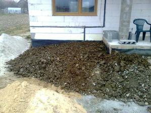 Okrem sutrov sme vykopali aj tolko hliny, ze sme mohli obsypat vchodovu terasu.