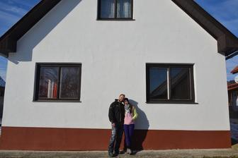 Naša prvá spoločná fotka pred domčekom