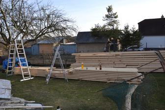 a drevo je už pripravené na strechu, ktorá sa začína robiť o týždeň neskôr