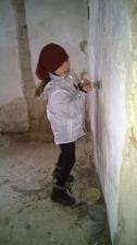 """Malá mi povedala: """"Mamka, ja si to chcem vyskúšať to škrabanie, aby som si potom viac vážila tu stenu a nekreslila po nej."""" :-) Nuž, brániť jej nebudem, keď chce robiť, nech robí... :-D"""