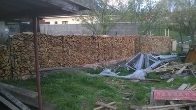 takto sme sa natrápili s doskami z domu. ale nakoniec z toho vznikol pekný plot