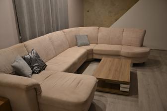obývačka pohľad od spálne ku schodisku