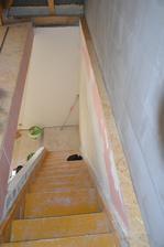 Schodište zatiaľ. Opravený jeden schod, ktorý zlomili strechári, napenetrované, urobené lišty. Na schodište pôjde nakoniec koberec, uvidíme kedy....