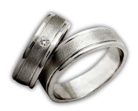 ...naše prstýnky... akorát já mám na něm 8 menších kamínků rozesetých dokola