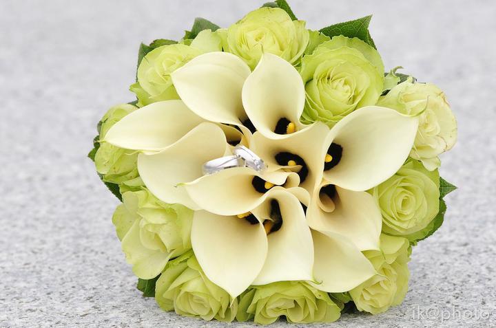 Svadobná kytica a svadobné obrúčky - Obrázok č. 1