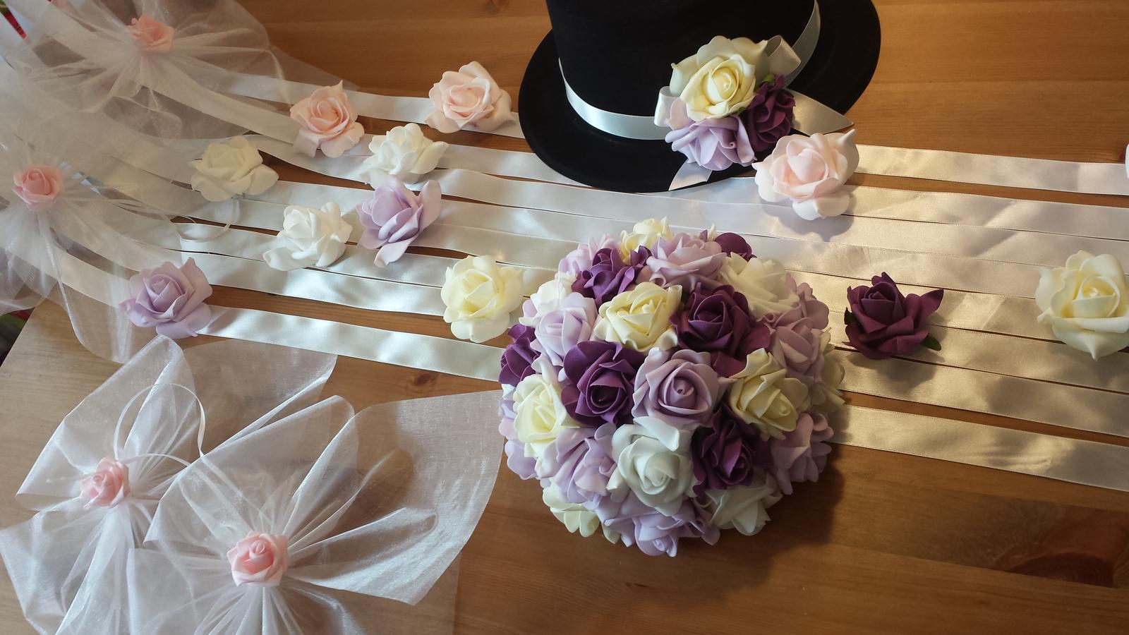 Svatební dekorace na auta - Krasna kombinace lila, fialove, bile a ivory (buket, serpa a cylindr)