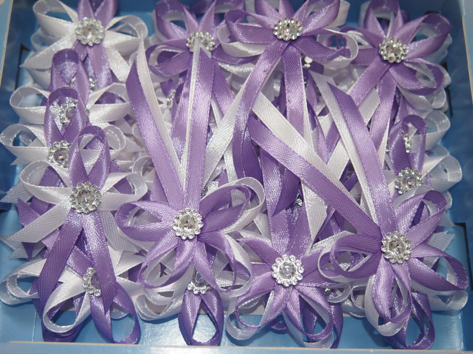 Vývazky - Kombinace bílé a lila, klasický vývazek s brožičkou 5,5 Kč/ks
