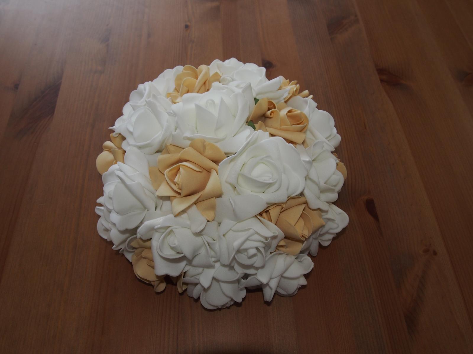 Svatební dekorace na auta - Buket - kombinace bílých a tělových růžiček