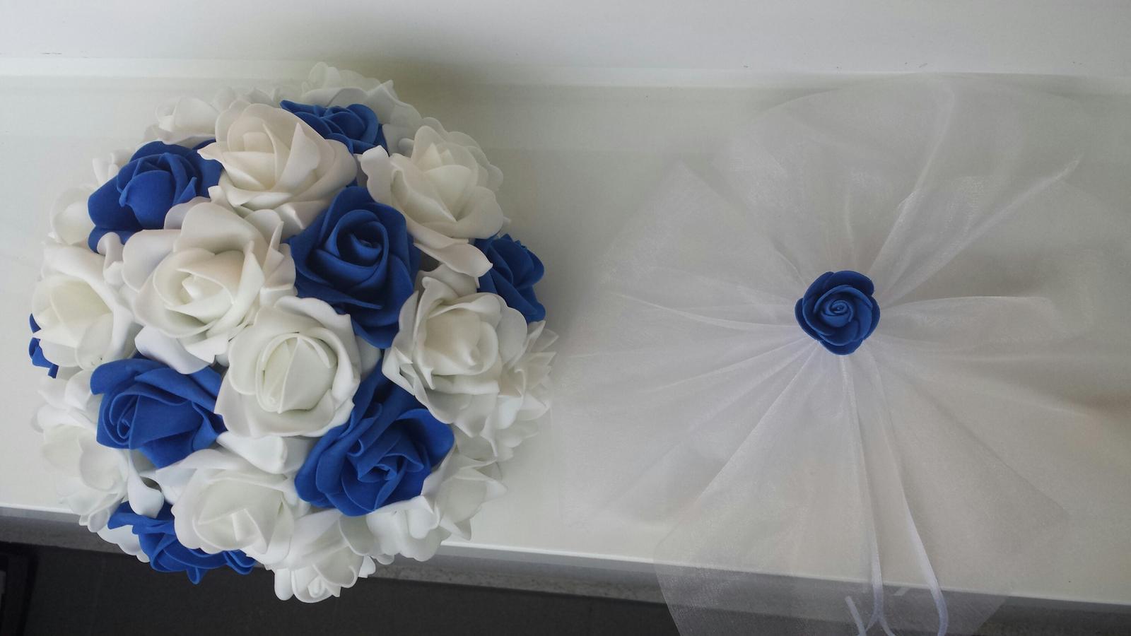 Svatební dekorace na auta - Buket v kombinaci tmave modre a bile