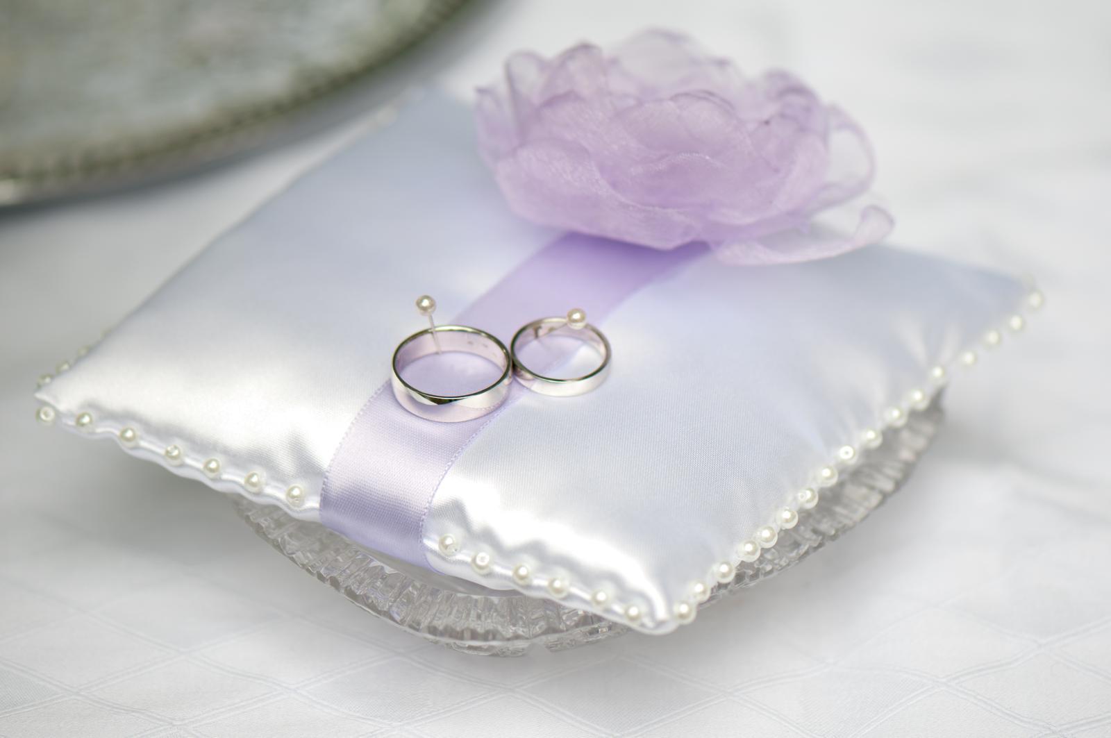 Bílý polštářek pod prstýnky s fialovou květinkou - Obrázek č. 1
