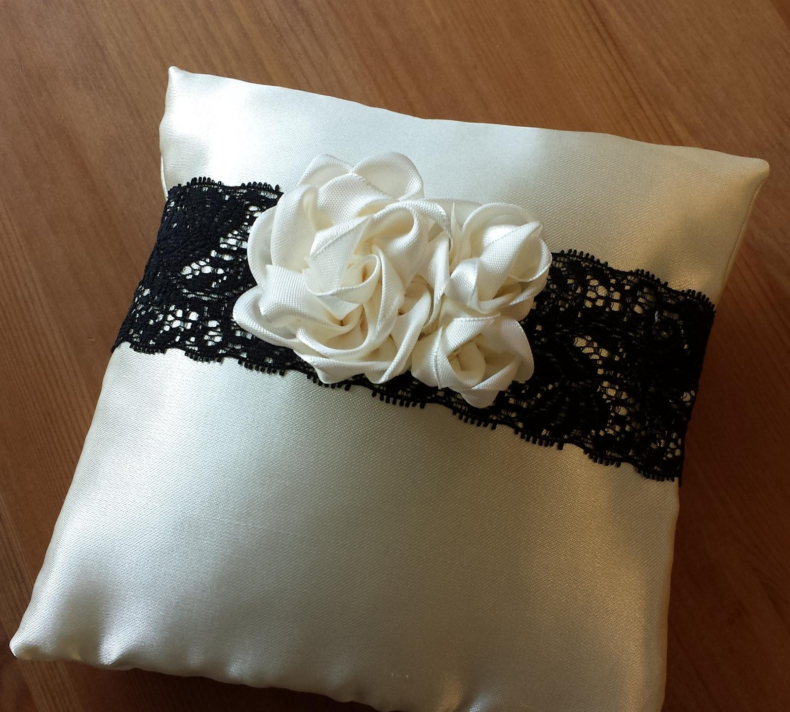 Black & Ivory & White polštářek se 3 kvítky - Obrázek č. 1