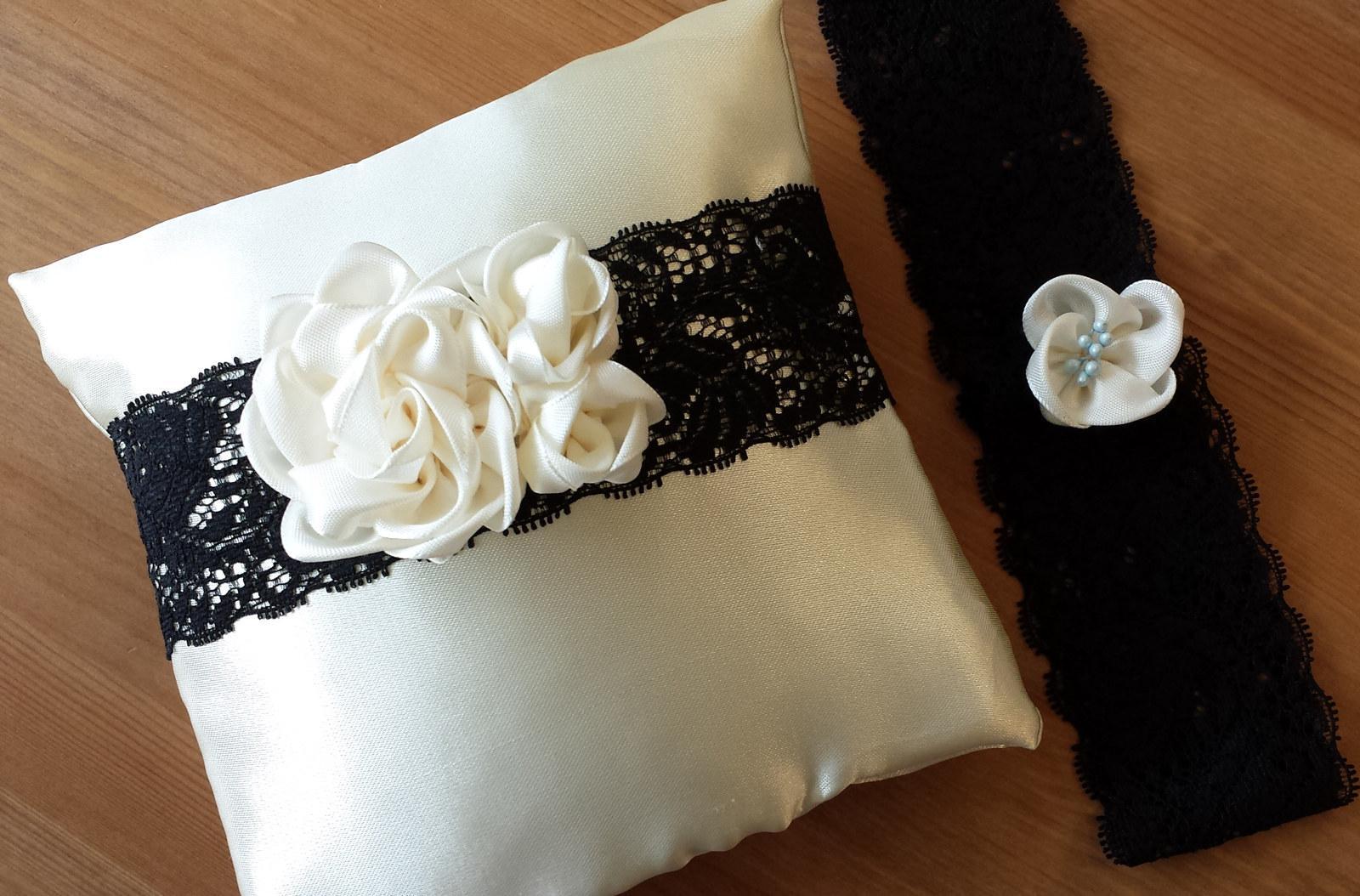 Black & Ivory & White polštářek se 3 kvítky - Obrázek č. 2
