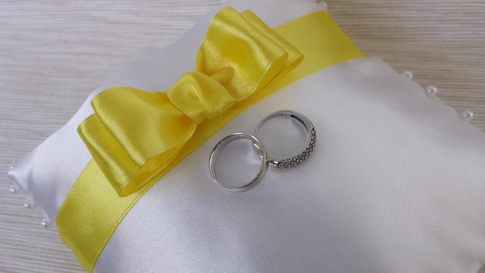 Bílý polštářek pod prstýnky se žlutou mašličkou - Obrázek č. 1