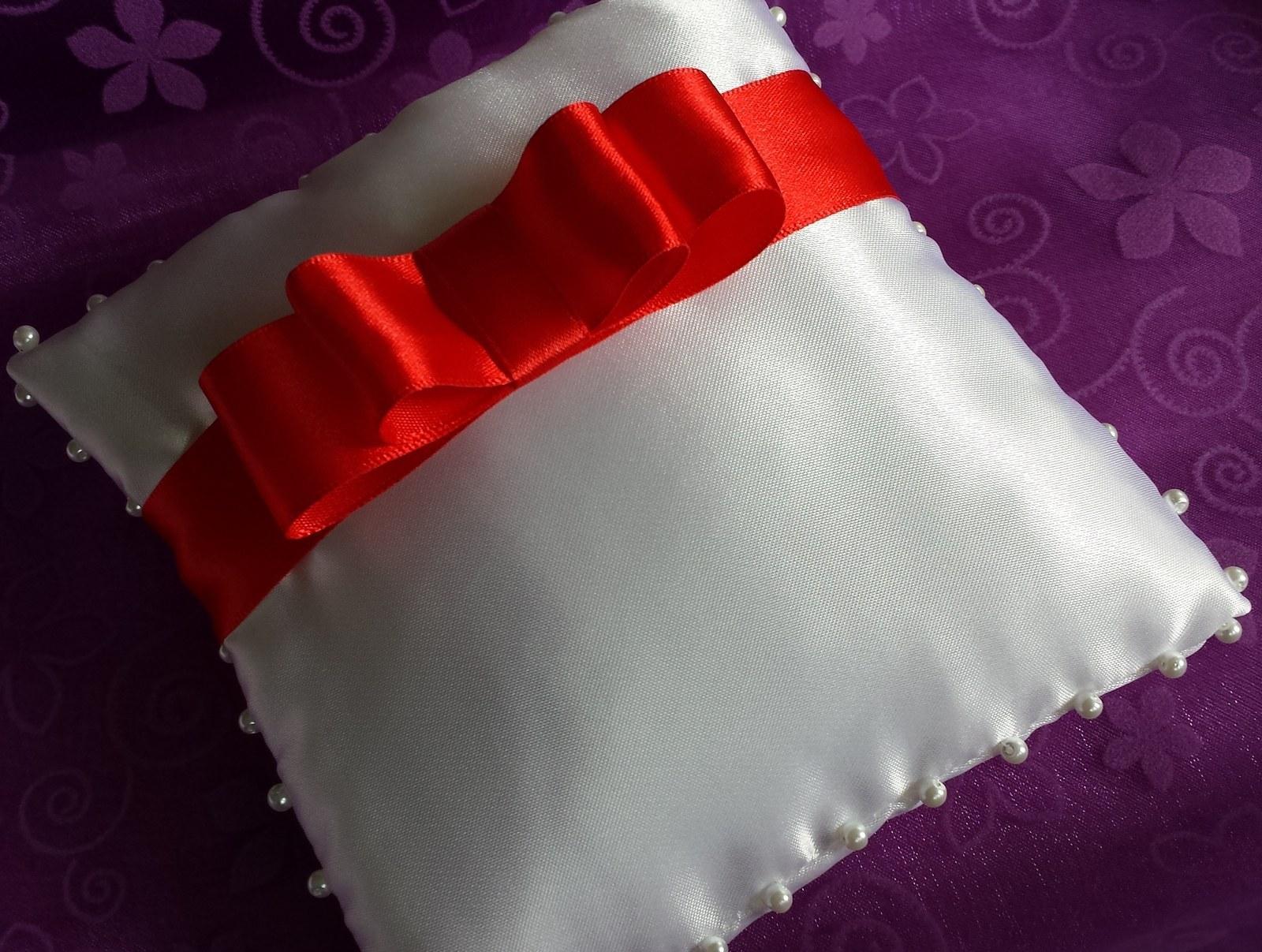 Bílý polštářek pod prstýnky s červenou mašličkou - Obrázek č. 1