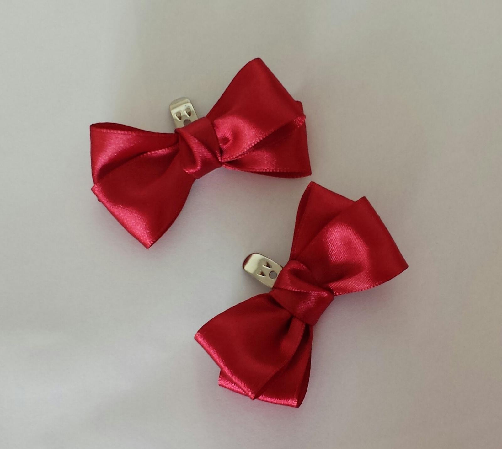 Bílý polštářek pod prstýnky s červenou mašličkou - Obrázek č. 2