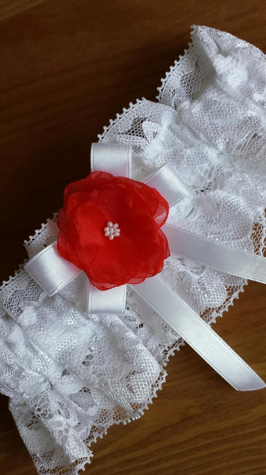 Bílý krajkový podvazek s červenou květinkou - Obrázek č. 1