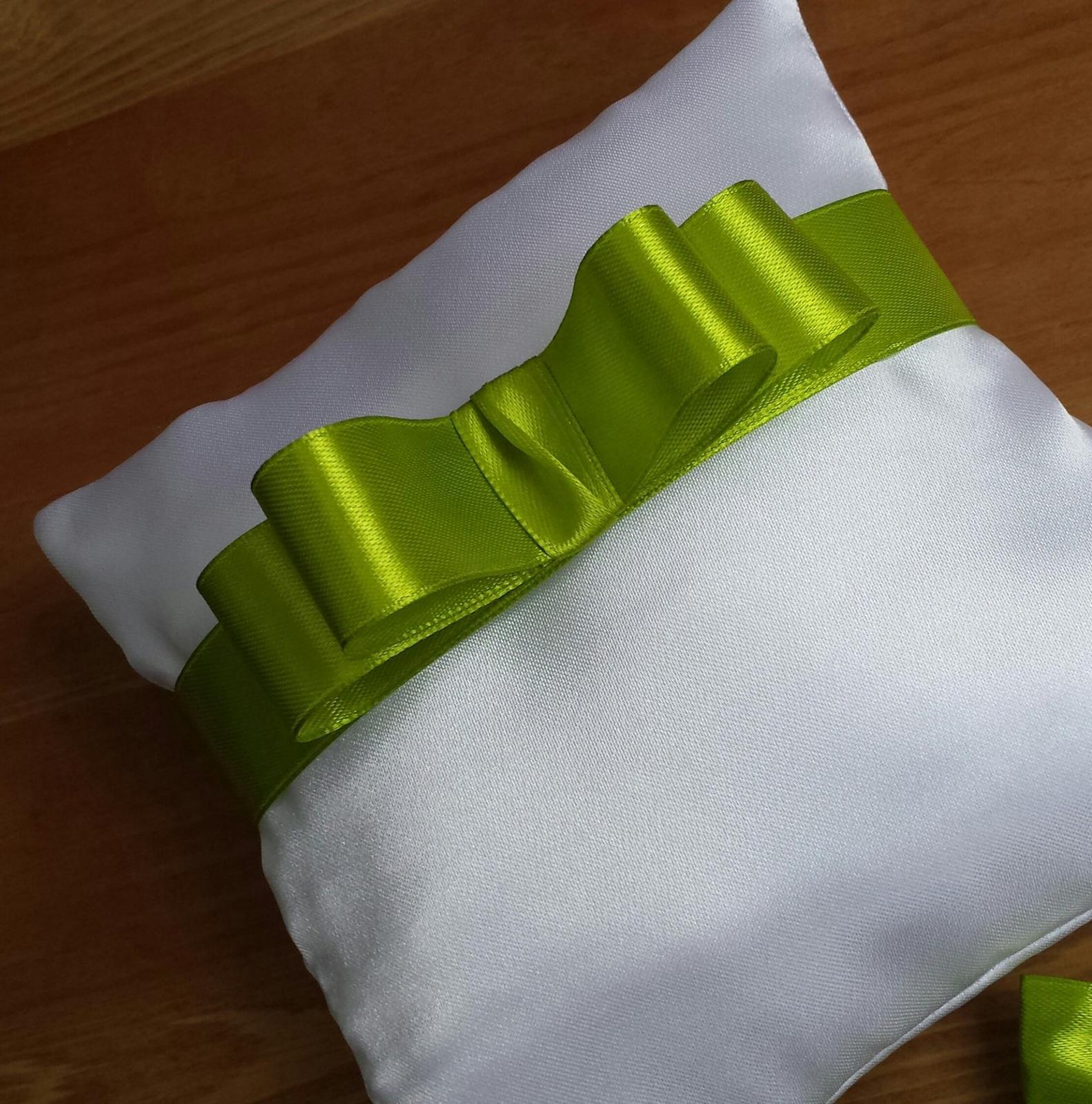 Bílý polštářek pod prstýnky se zelenou mašličkou - Obrázek č. 1