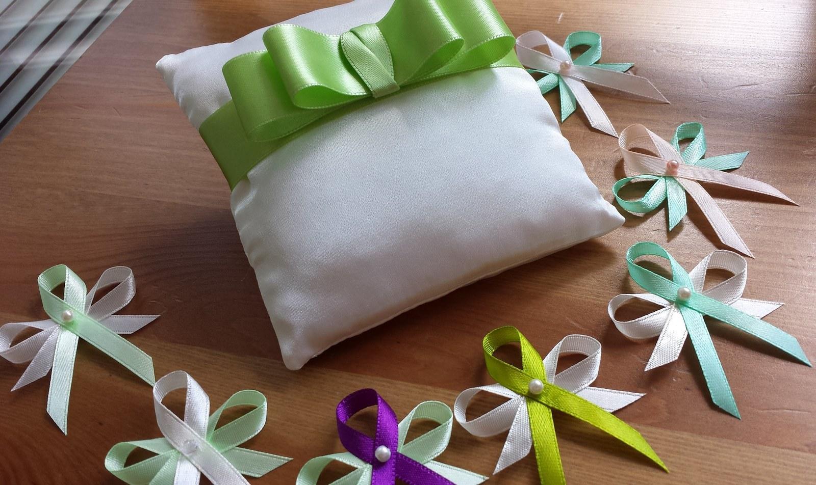 Bílý polštářek pod prstýnky se zelenou mašličkou - Obrázek č. 2