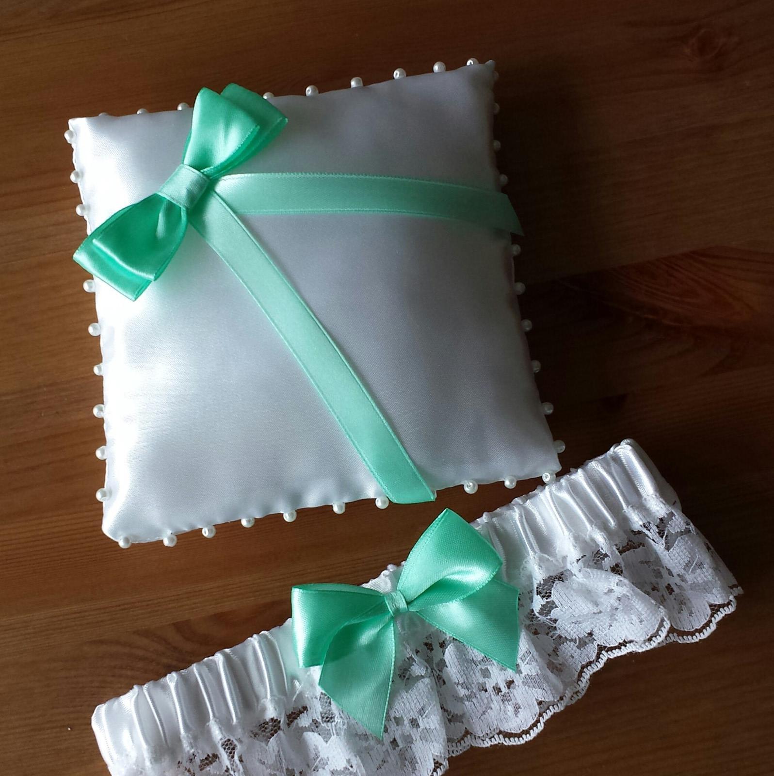 Bílý polštářek pod prstýnky se zelenou mašličkou - Obrázek č. 3