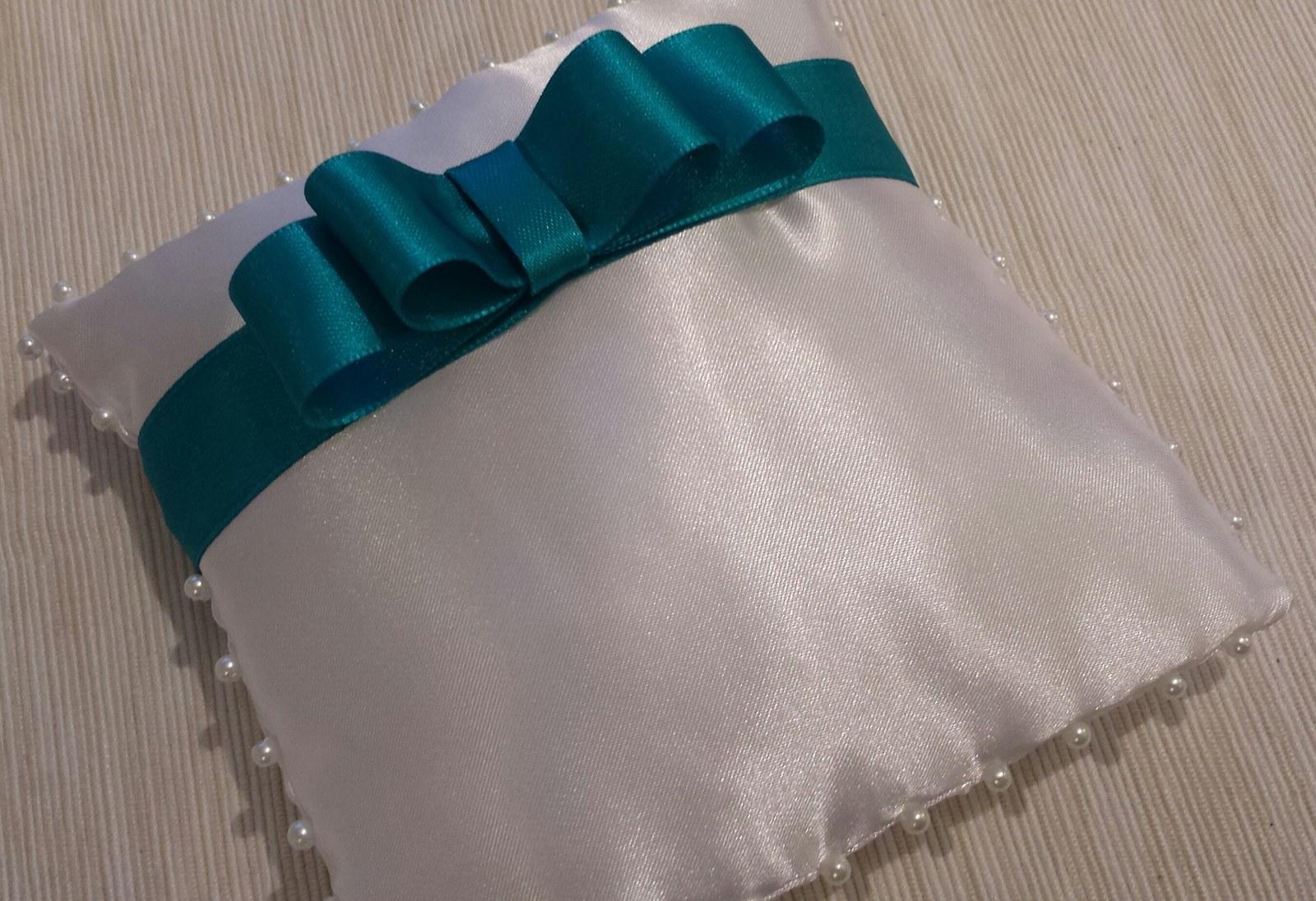 Bílý polštářek pod prstýnky s tyrkysovou mašličkou - Obrázek č. 1