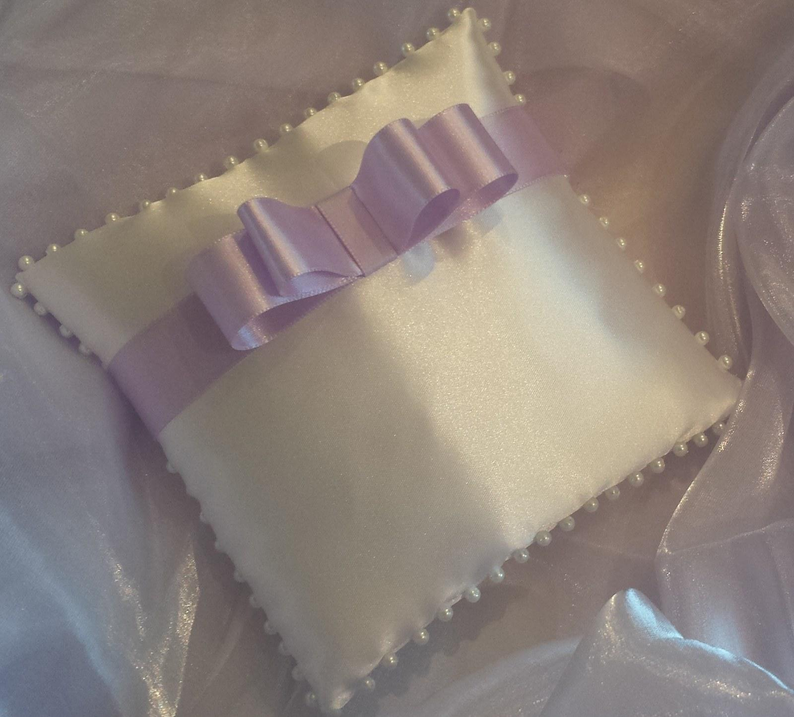 Bílý polštářek pod prstýnky s lila mašličkou - Obrázek č. 1