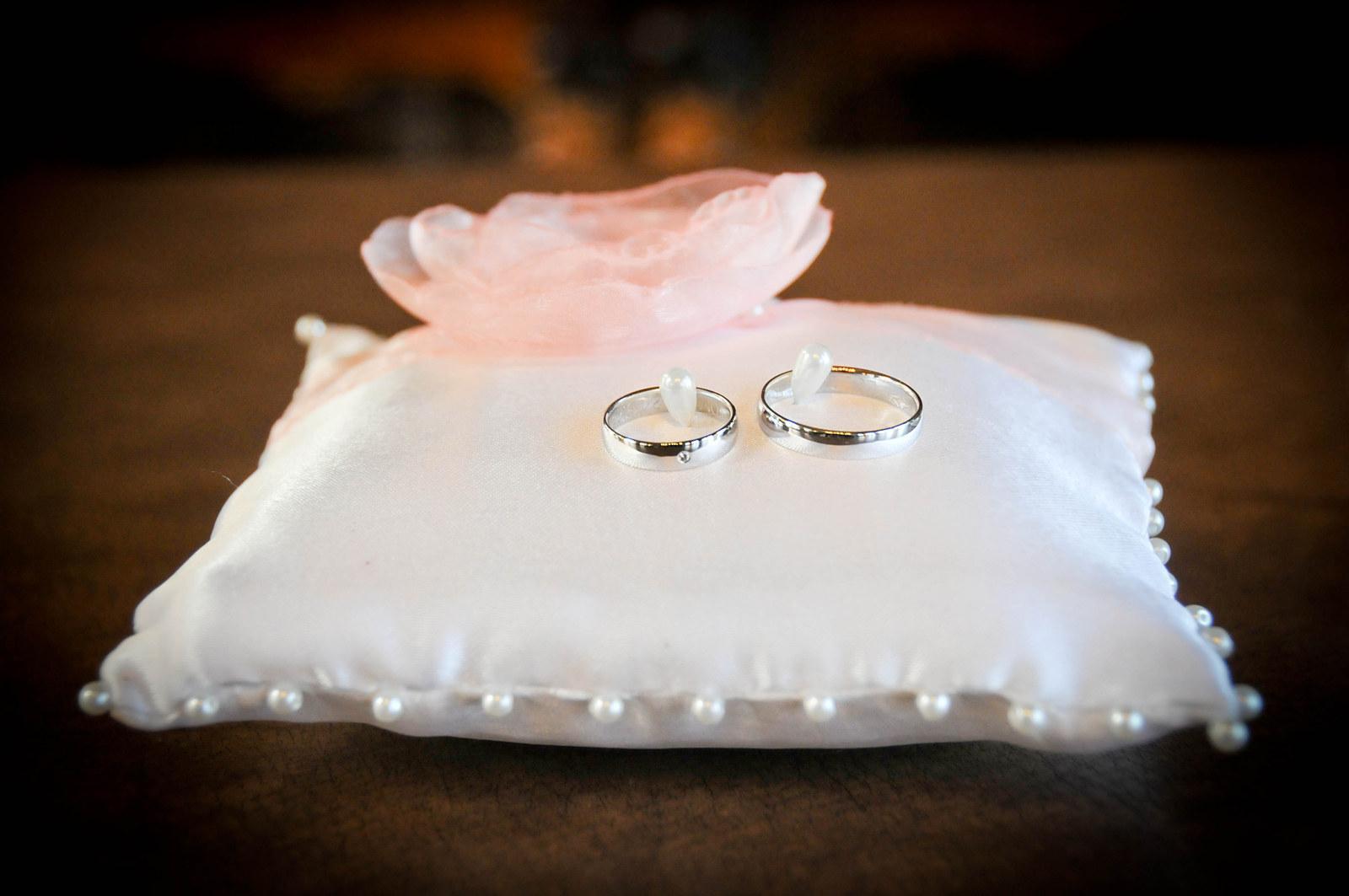Bílý polštářek pod prstýnky s lososovou květinkou - Obrázek č. 1