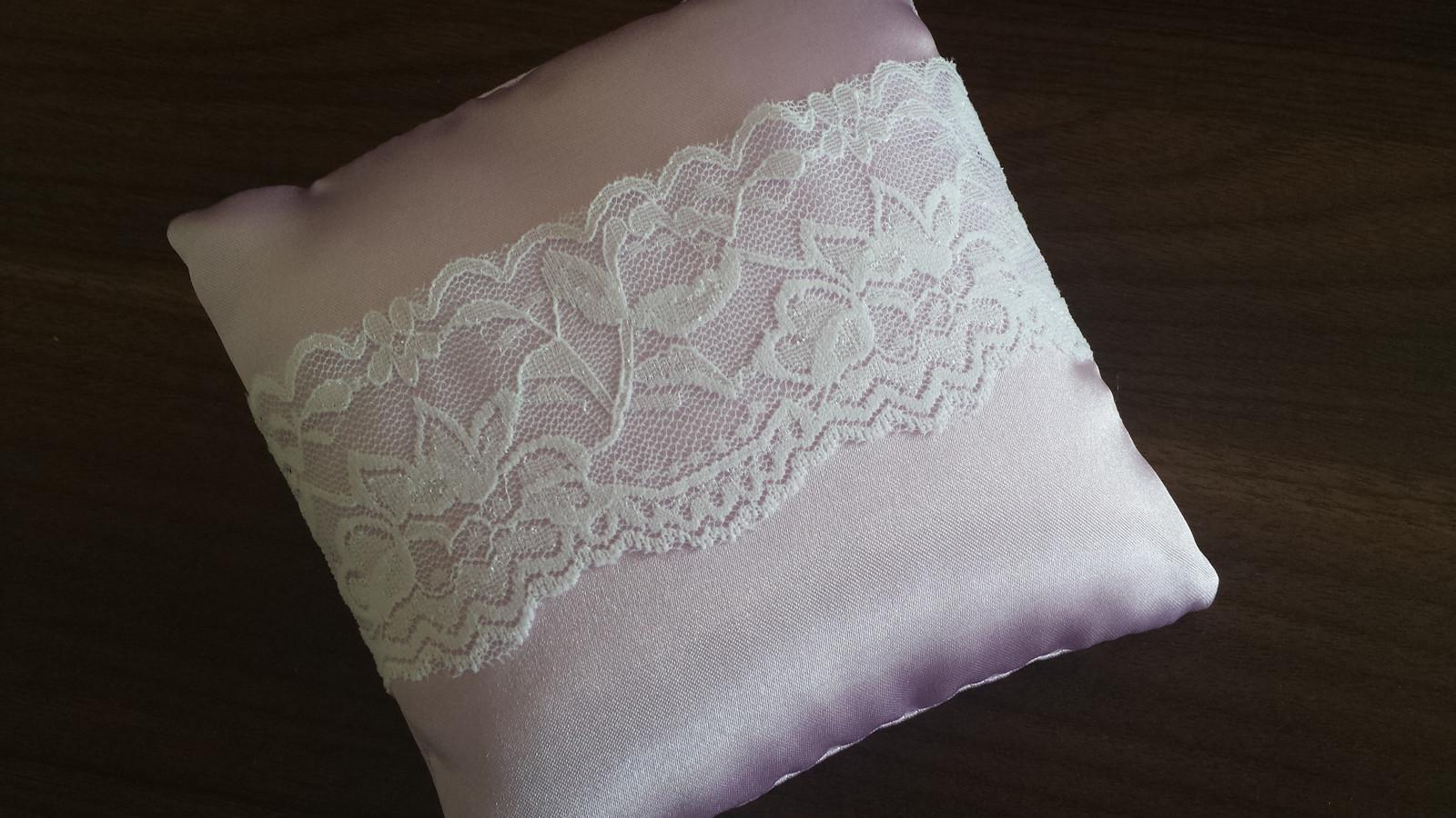 Lila svatební polštářek s krajkou - Obrázek č. 1