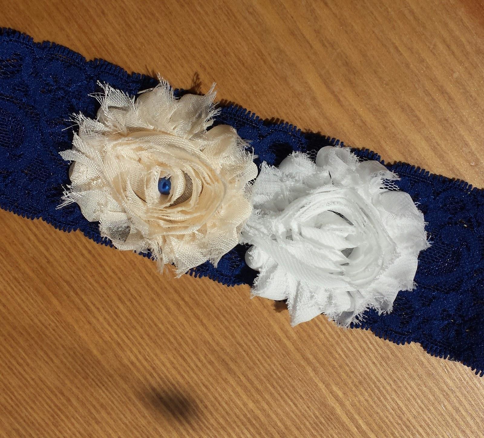 Krajkový bílý podvazek s květinkou - Obrázek č. 4