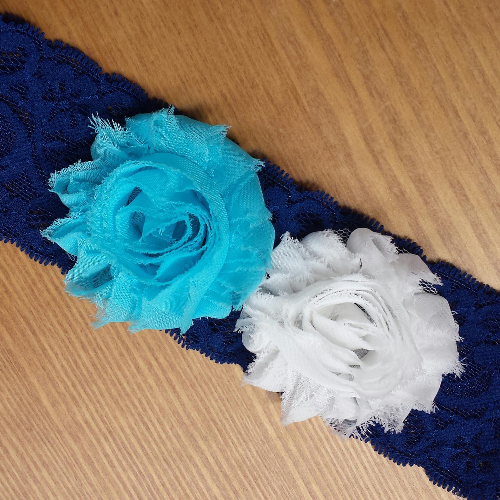 Krajkový tmavě modrý podvazek s květinkou - Obrázek č. 1