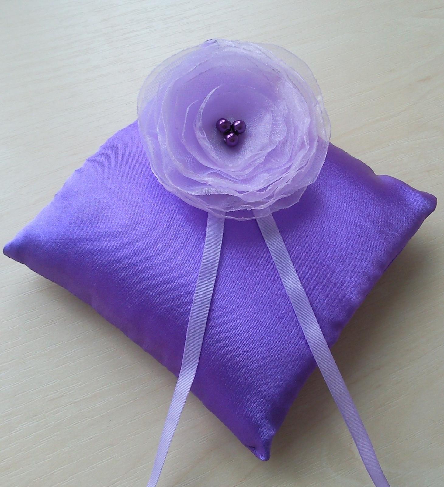 Fialový polštářek pod prstýnky s lila květinkou - Obrázek č. 1
