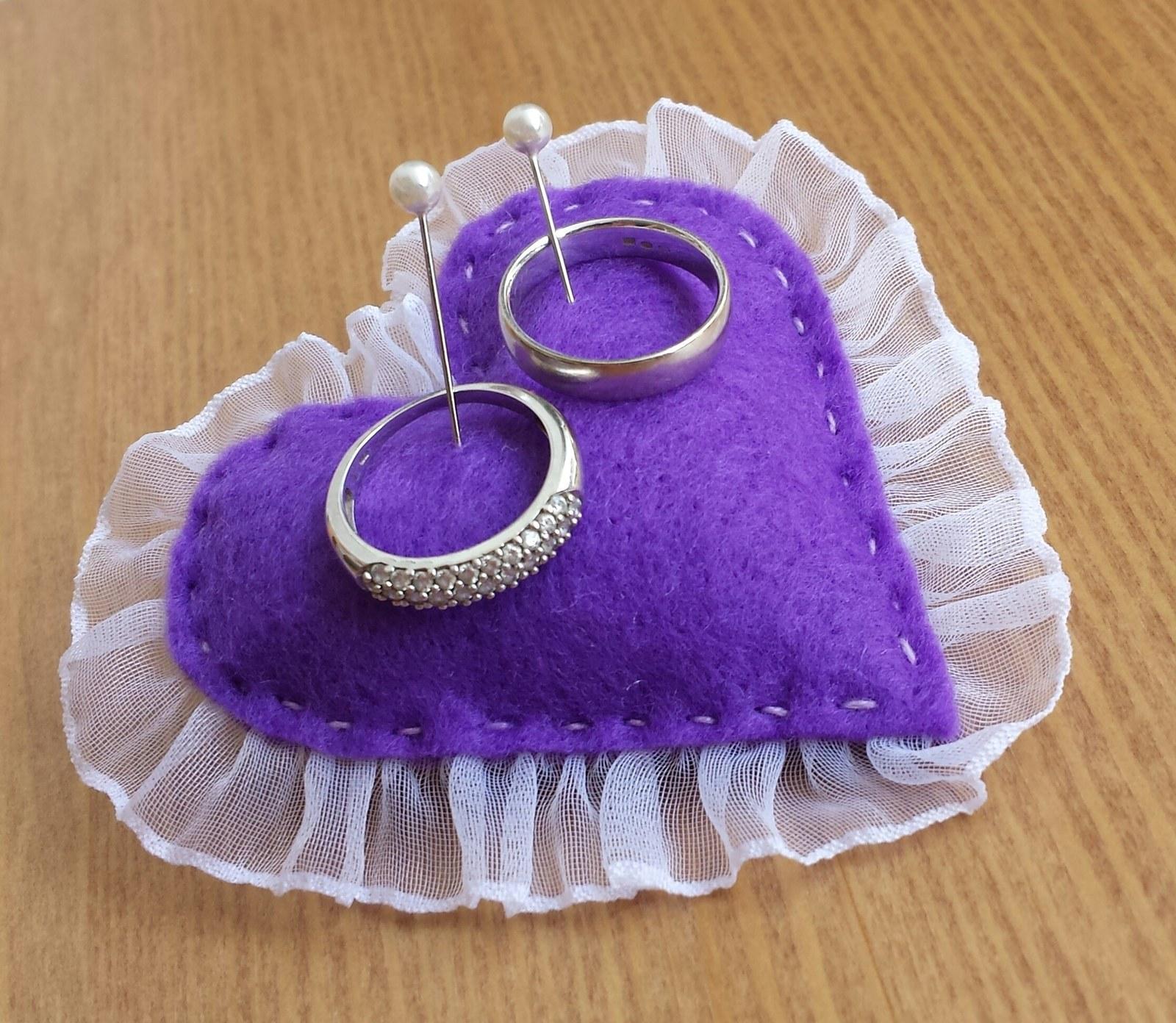 Fialový mini polštářek pod prstynky - Obrázek č. 1