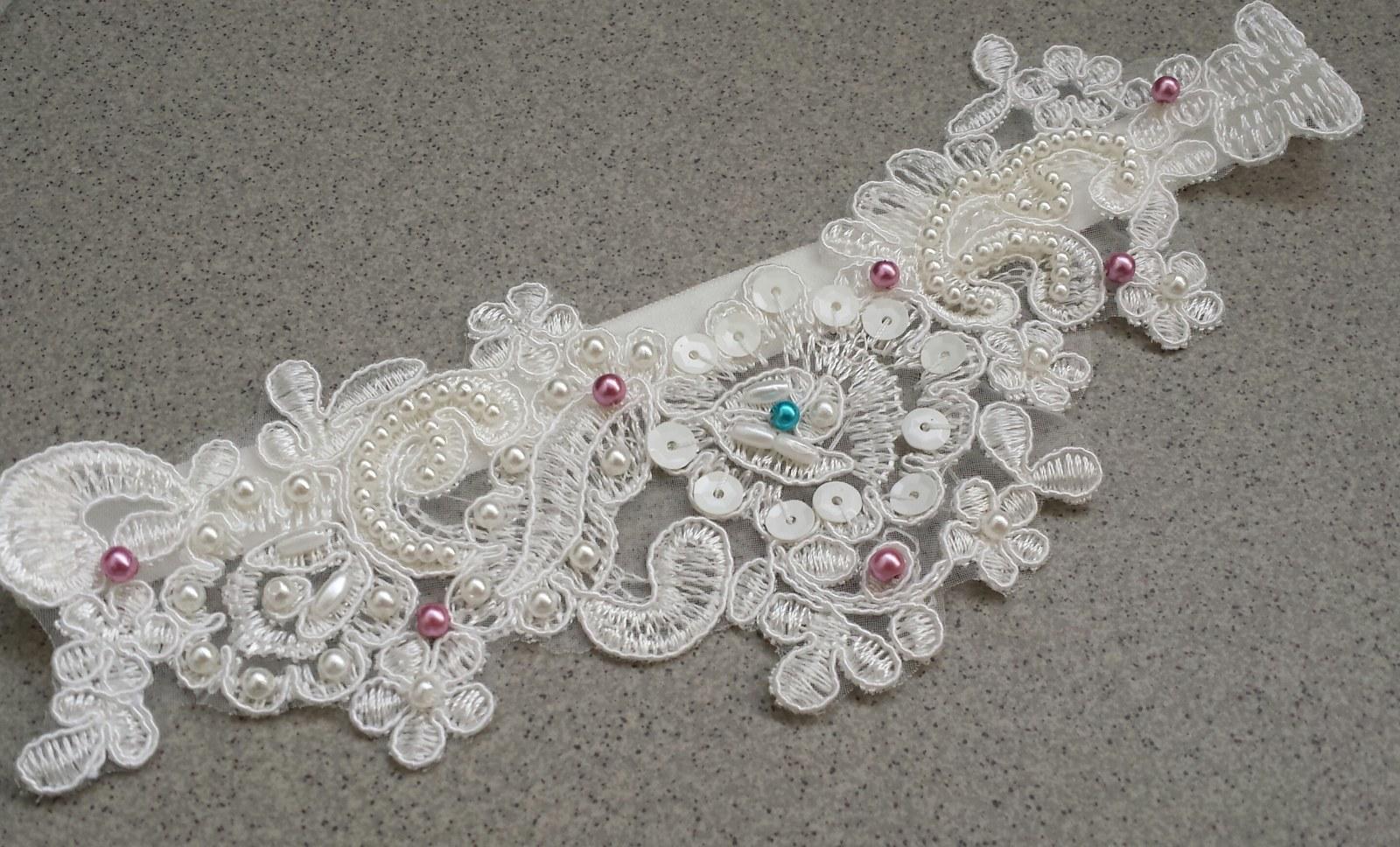 Krajkový luxusní ivory podvazek - fuchsiové perly - Obrázek č. 1