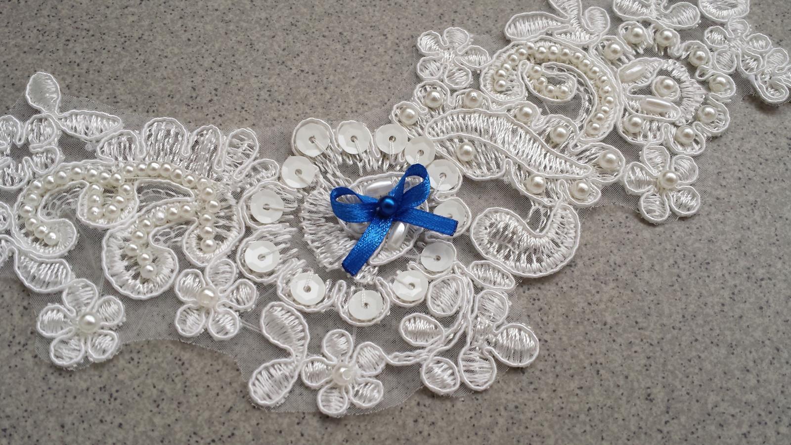 Krajkový luxusní ivory podvazek - fuchsiové perly - Obrázek č. 2