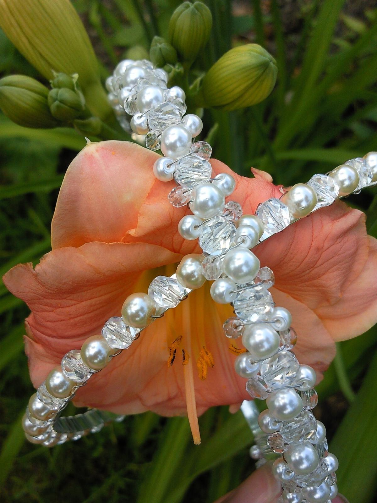 Krajkový luxusní ivory podvazek - fuchsiové perly - Obrázek č. 3
