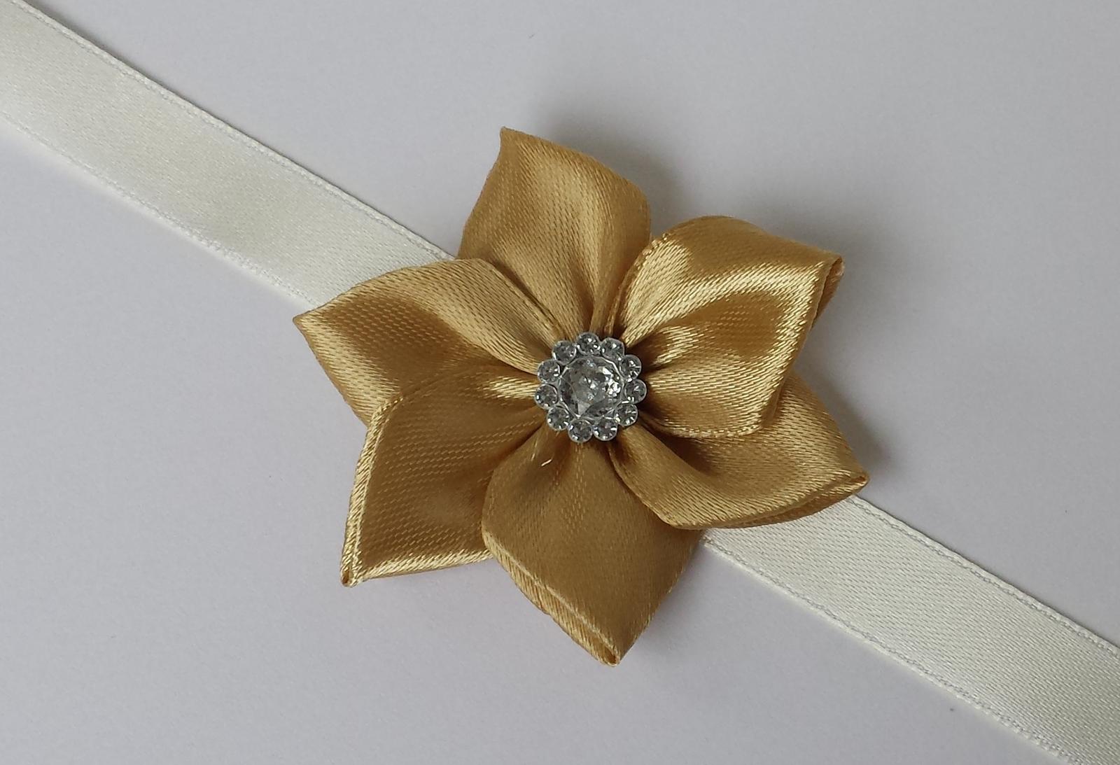 Zlatý Kanzashi náramek pro malou/velkou družičku - Obrázek č. 1